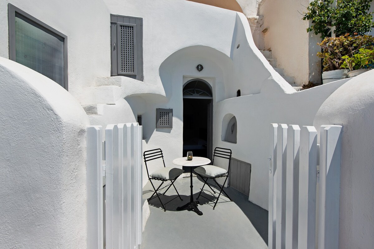 Classical Cave House in Santorini