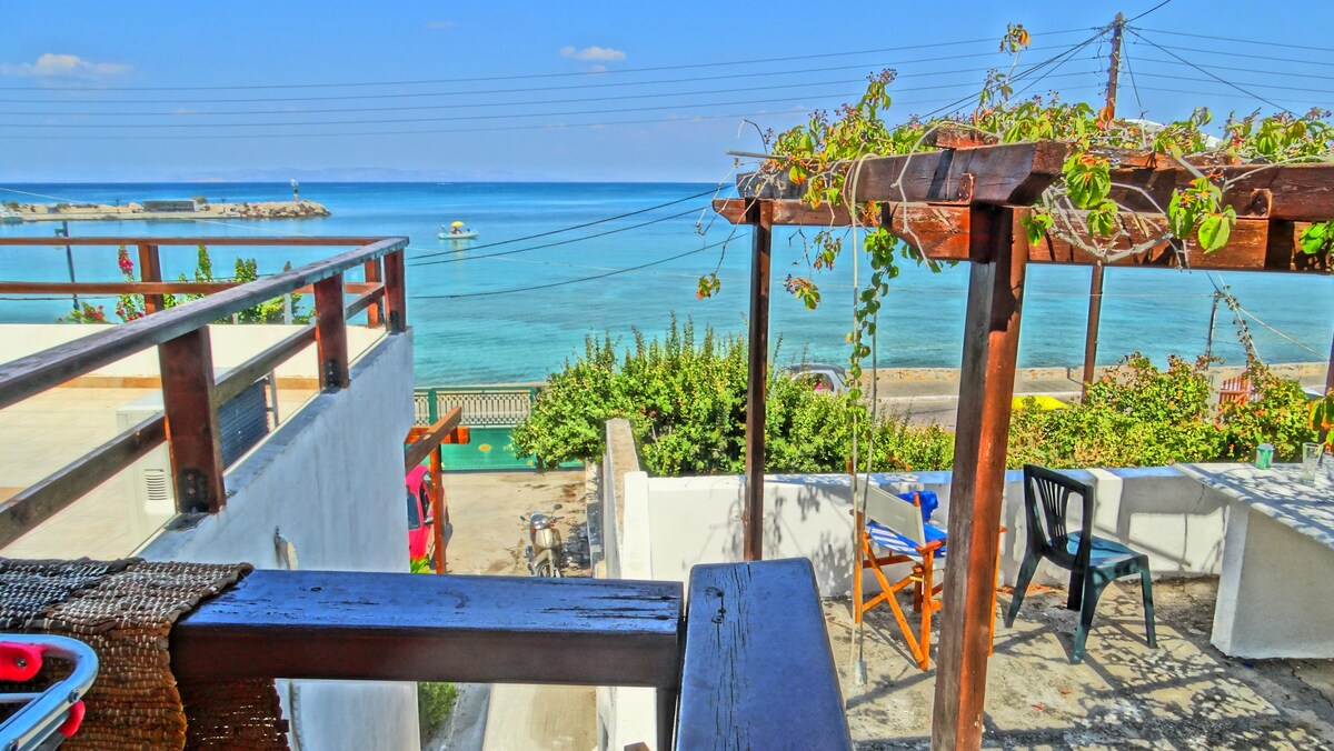 Sapphire House with a Sea View in Agistri